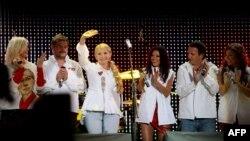 Юлия Тимошенко и украинские артисты во время концерта в Киеве в 2009 году. По правую руку от Тимошенко – Александр Пономарев