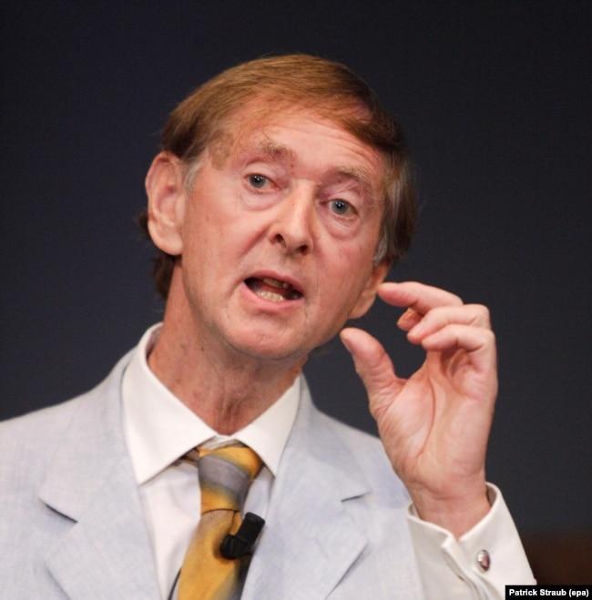 Profesori John Oxford, me specializim në virologji në Universitetin e Londrës, dhe një prej ekspertëve më të njohur në botë për sëmundjet infektuese.