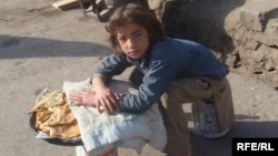 یک دختر خرد سال در شهر کابل بولانی می فروشد