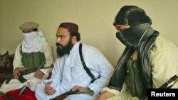 د پاکستانیو طالبانو مرستیال کمندان ولي الرحمان د جنوبي وزیرستان په شوال سیمه کې له خبریالانو سره خبرې کوي. ۲۰۱۱م کال