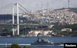 Пока российские десантные корабли везут через Босфор вооружения в Сирию, тысячи беженцев из этой страны ожидают решения своей судьбы в Стамбуле