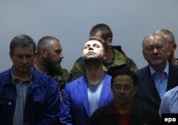 Лідер угруповання «ДНР», громадянин Росії Олександр Бородай (в центрі з піднятою головою)