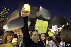 Демонстранты у Дисней-холла, Лос-Анджелес
