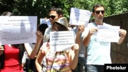Հայաստան -- «Դեմ եմ» քաղաքացիական նախաձեռնության բողոքի ակցիան ԱԺ մուտքի մոտ, Երևան, 18-ը հունիսի, 2014թ․