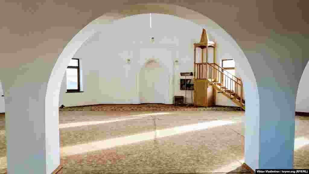 Усередині мечеті просторе приміщення