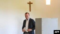 Манфред Вебер голосує на виборах до Європарламнту. 26 травня 2019 року