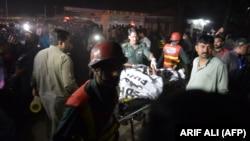 امدادگران در حال انتقال زخمیها و قربانیان