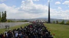 Armenia - Armenians march to the Tsitsernakabert memorial in Yerevan to mark the 98th anniversary of the Armenian genocide in Ottoman Turkey, 24Apr2013.