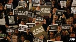 """Дүйнөнүн бир катар өлкөлөрүндө """"Мен Шарли"""" деген жазуусу бар плакатты кармаган адамдардын митинги өтүүдө"""