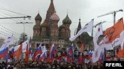 Учасники ходи пам'яті Нємцова у Москві