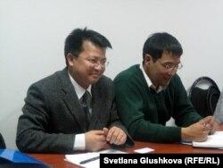 Дип Магар (слева) - советник регионального отделения по Центральной Азии УВКПЧ ООН, Айбек Жумашукуров (справа) - специалист регионального отделения по Центральной Азии УВКПЧ ООН по защите права на достаточное жилье. Астана, 5 февраля 2013 года.