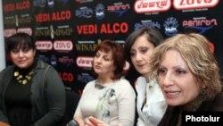 Շուշան Պետրոսյանը, Արմենի Օհանյանը եւ Կարինե Խոդիկյանը լրագրողների հետ հանդիպմանը: 7-ը մարտի 2011թ.