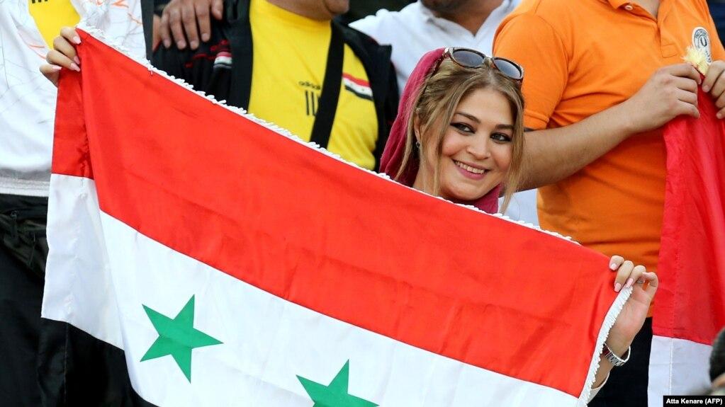 در روزی که زنان ایرانی نتوانستند بازی ایران و سوریه را در ورزشگاه آزادی ببینند، زنان سوری بدون هیچ مشکلی وارد این ورزشگاه شدند.