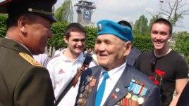 Полковник министерства обороны Казахстана Мурат Рахимжанов и ветеран войны Каматай Токабаев на возложении венков к памятнику советским воинам. Прага, 9 мая 2010 года.