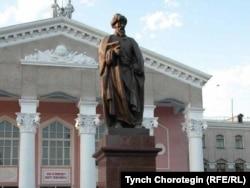 Памятник Жусупу Баласагыну перед главным зданием КНУ, носящего его имя. 14.5.2015.
