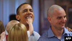Обама во время встречи с военнослужащими и членами их семей на Гаваях в 2011 году