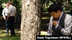 Оппозиция шеруін аңдып тұрған адам. Алматы, 31 мамыр 2012 жыл.