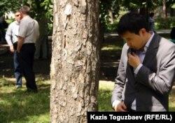 Человек в штатском передает по рации. Алматы, 31 мая 2012 года.
