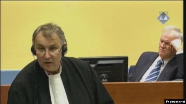 Ratko Mladić i njegov branitelj Miodrag Stojadinović u sudnici 8. veljače 2013.