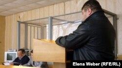 Представитель одной из сторон судебного процесса дает показания в зале суда. Иллюстративное фото.