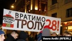 """Aktivisti inicijative """"Vratimo trolu 28"""" blokiraju saobraćaj u centru Beograda"""