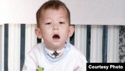 Двухлетний мальчик из Экибастуза Дихан Торгаев, которому требуется сложная операция в Израиле. (Фото из семейного альбома).