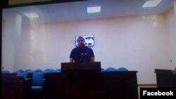 Помощник Тулешова Нургали Досанбаев дает показания в суде по делу атырауских активистов через видеосвязь из суда Астаны. 18 октября 2016 года.