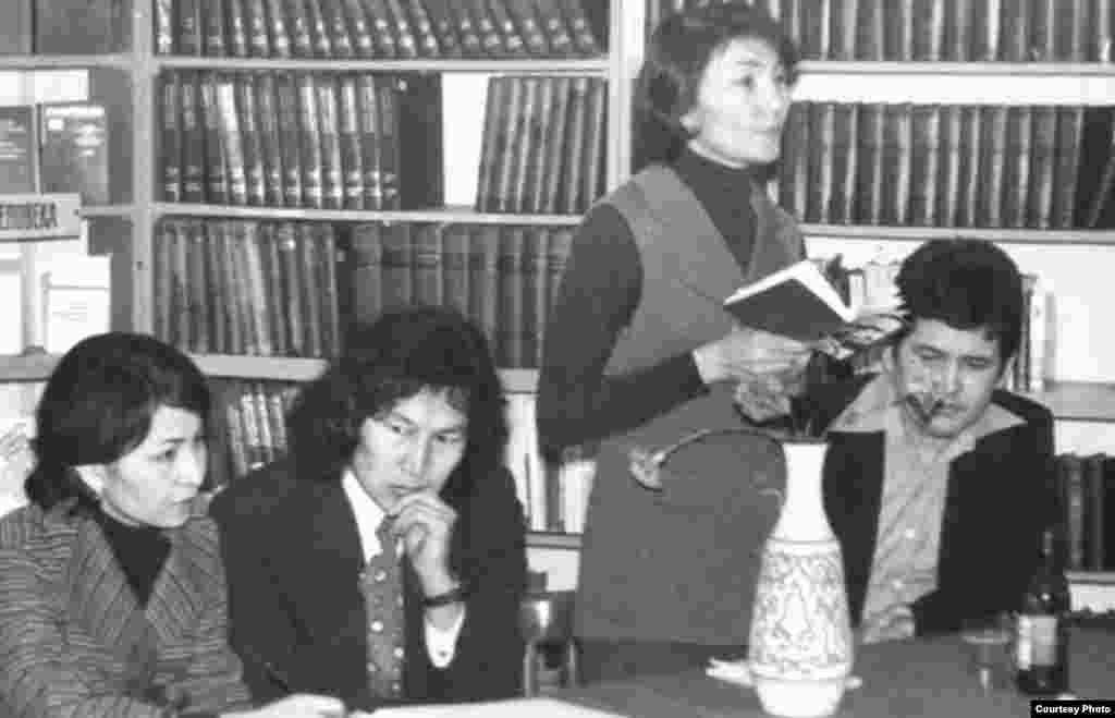Марат Қабанбай (оң жақта) және Оралхан Бөкей (сол жақтан екінші) кітапханада оқырмандармен кездесуде.