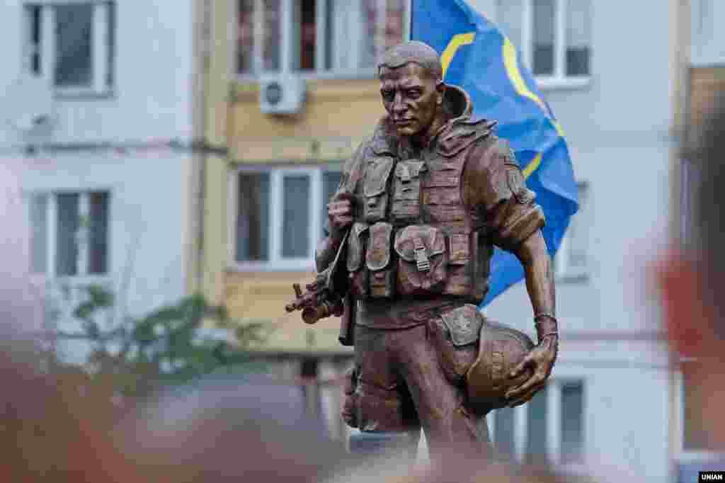 Пам'ятник солдату-добровольцю АТО відкрили на проспекті Маяковського в Києві, 10 липня 2016 року