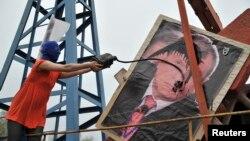 Pussy Riot тобының мүшесі Ресейдің «Роснефть» мемлекеттік мұнай компаниясының басшысы Игорь Сечиннің портретіне мұнай шашып тұр.