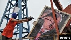 Участница группы Pussy Riot поливает нефтью портрет Игоря Сечина