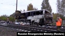 Автобус с казахстанскими номерами, попавший в аварию на железной дороге во Владимирской области России.