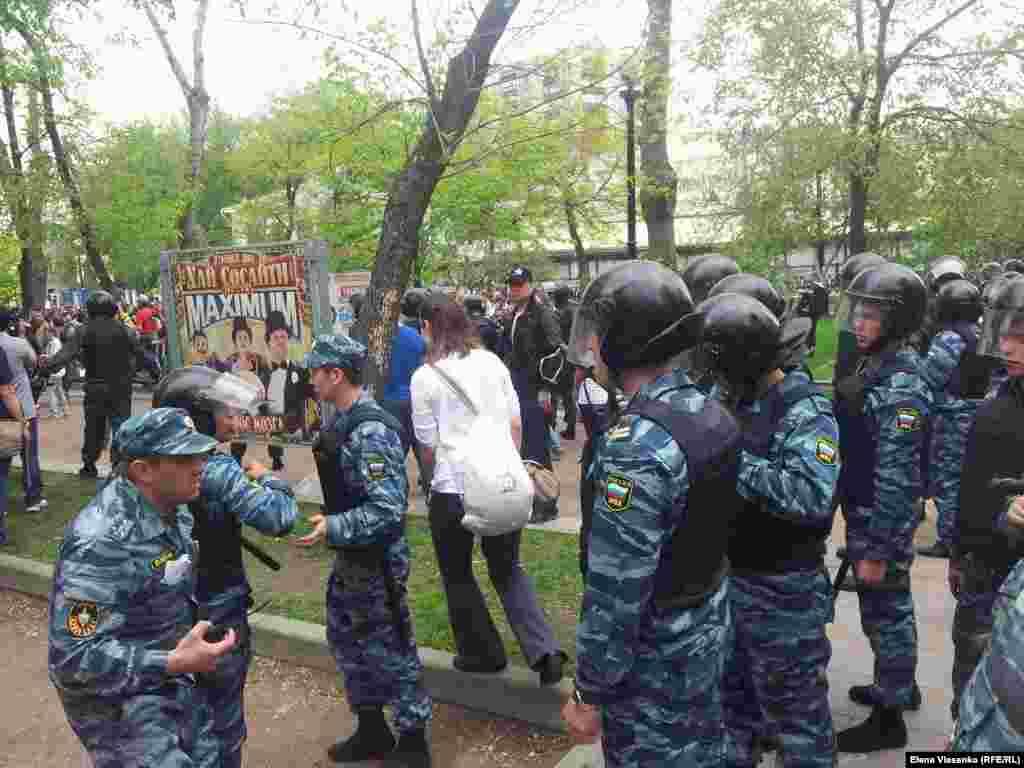 Людей блокируют между Пушкинской и Арбатом