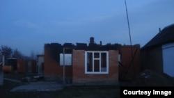 Спаленний будинок одного з родичів бойовиків, підозрюваних у причетності до нападу на Грозний 4 грудня, село Янді, Чечня, Росія