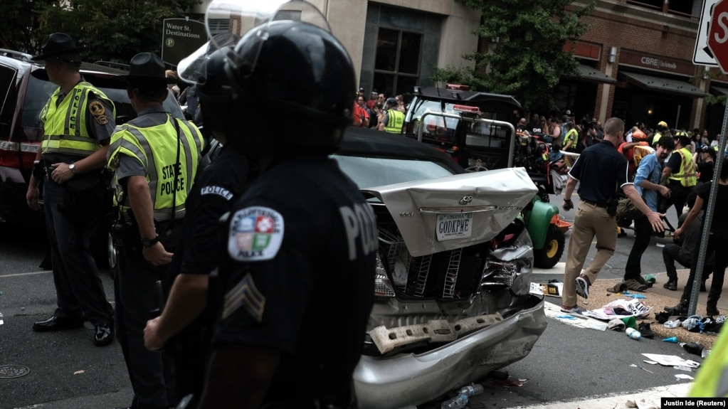 هجوم یک خودرو به سمت گروهی از مخالفان راستگرایان، یک کشته به جا گذاشته است.