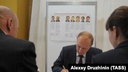 Российский президент Владимир Путин досрочно голосует на выборах в Мосгордуму