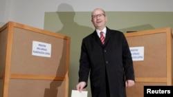 Лидер Чешской социал-демократической партии Чехии Богуслав Соботка голосует на парламентских выборах. Прага, 26 октября 2013 года.