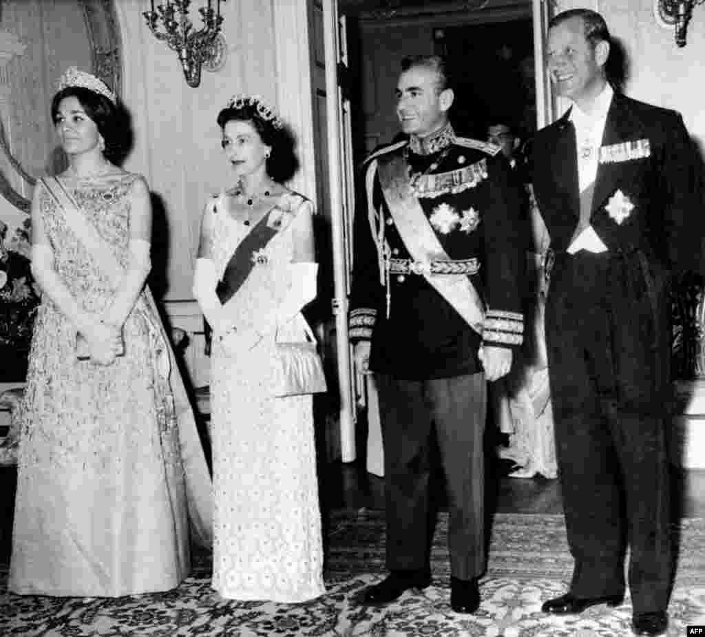 Regina Elisabeta a II-a și prințul Filip pozează cu șahul Iranului, Mohammad Reza Pahlavi și soția sa Farah Pahlavi, în timpul vizitei lor de stat din martie 1961 la Teheran. (Fotografie de CENTRAL PRESS / AFP)