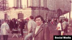 Киял Сабдалин на месте разрушенной Берлинской стены, 1989 год. Фото из соцсетей.