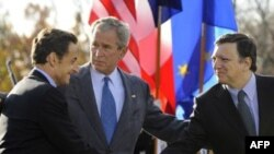Sarkozy (left), Bush, and Barroso announced talks to deal with the crisis.