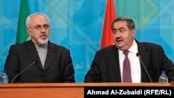 وزيرا الخارجية العراقي هوشيار زيباري (يمين) والإيراني محمد جواد ظريف يتحدثان في مؤتمر صحفي ببغداد (الأحد)
