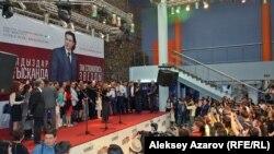 На сцене – многочисленная съемочная группа. Перед сценой – первые алматинские зрители фильма.