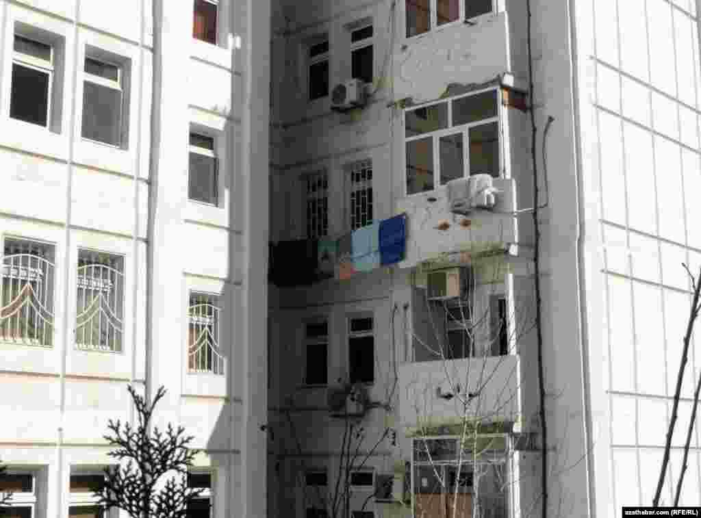 Вид со двора в жилом массиве Ашхабада. Прошлым летом власти города запретили сушить белье во дворах и с внешней стороны жилых домов, расположенных вдоль проезжей части.