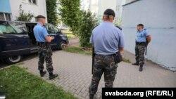 """""""БелаПАН"""" агенттигинин жанында турган полиция кызматкерлери."""