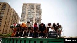 Mbështetësit e presidentit të përmbysur të Egjiptit Mohamed Morsi falen para selisë së Gardës Revolucionare në Kajro