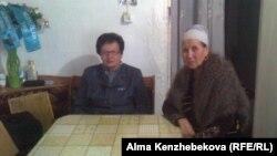 Шырынкуль Осер (слева) и Куляй Сейсенова, жительницы бывшего пионерлагеря. Алматы, 16 января 2013 года.