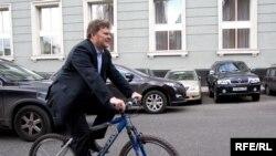 Владельцам роскошных «ламборгини» из Эмиратов и «бентли» из России придется иногда уступать дорогу незаказистым велосипедистам. При этом, определить, который из них богаче, будет не так-то просто...
