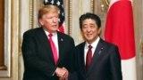 ABŞ-nyň prezidenti Donald Tramp (çepde) we Ýaponiýanyň premýer-ministri Şinzo Abe. 27-nji maý, 2019 ý.