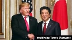 Presidenti amerikan, Donald Trump dhe kryeministri japonez, Shinzo Abe (djathtas).