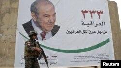 جندي عراقي يمر قرب إعلان إنتخابي للقائمة العراقية في بغداد
